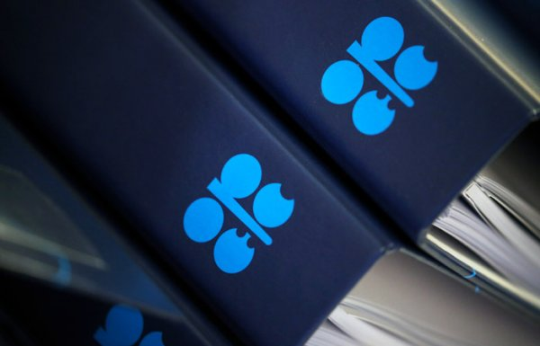 Страны ОПЕК+ договорились о рекордном сокращении добычи нефти